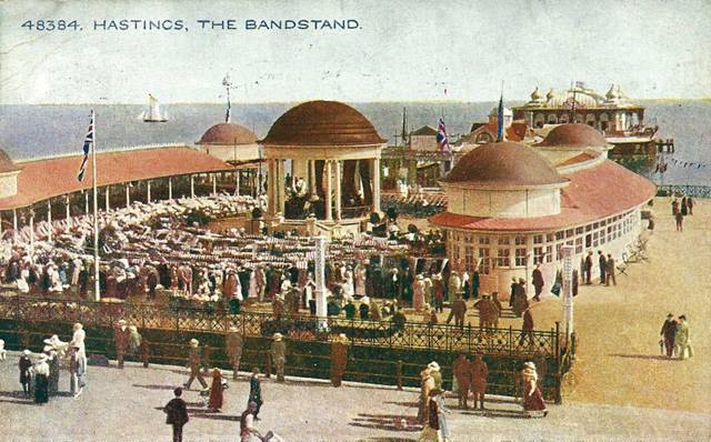1930s postcard of Hastings Pier shoing the design of the two pavilions curving around the central bandstand