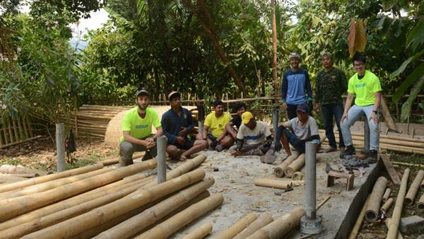 Ramboll engineers arrive on site to meet the local Lombok team